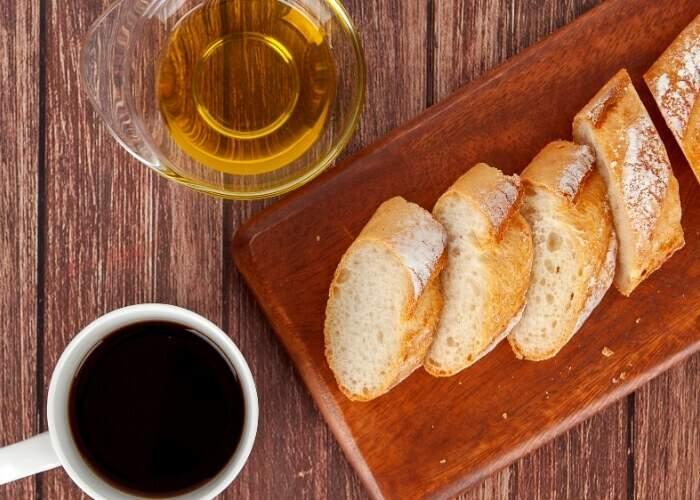 Que tal unir dois alimentos que fazem bem para a saúde: café e azeite de oliva. A combinação vai bem no café da manhã, lanche da tarde e até em seu momento de autocuidado.